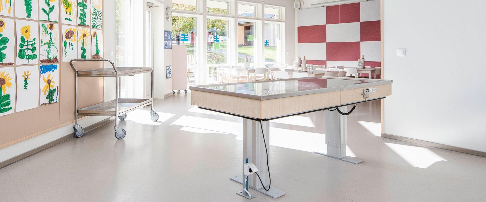 Höj- och sänkbara serveringsbord